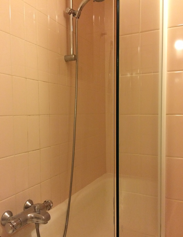 Badkamer met bad/douche