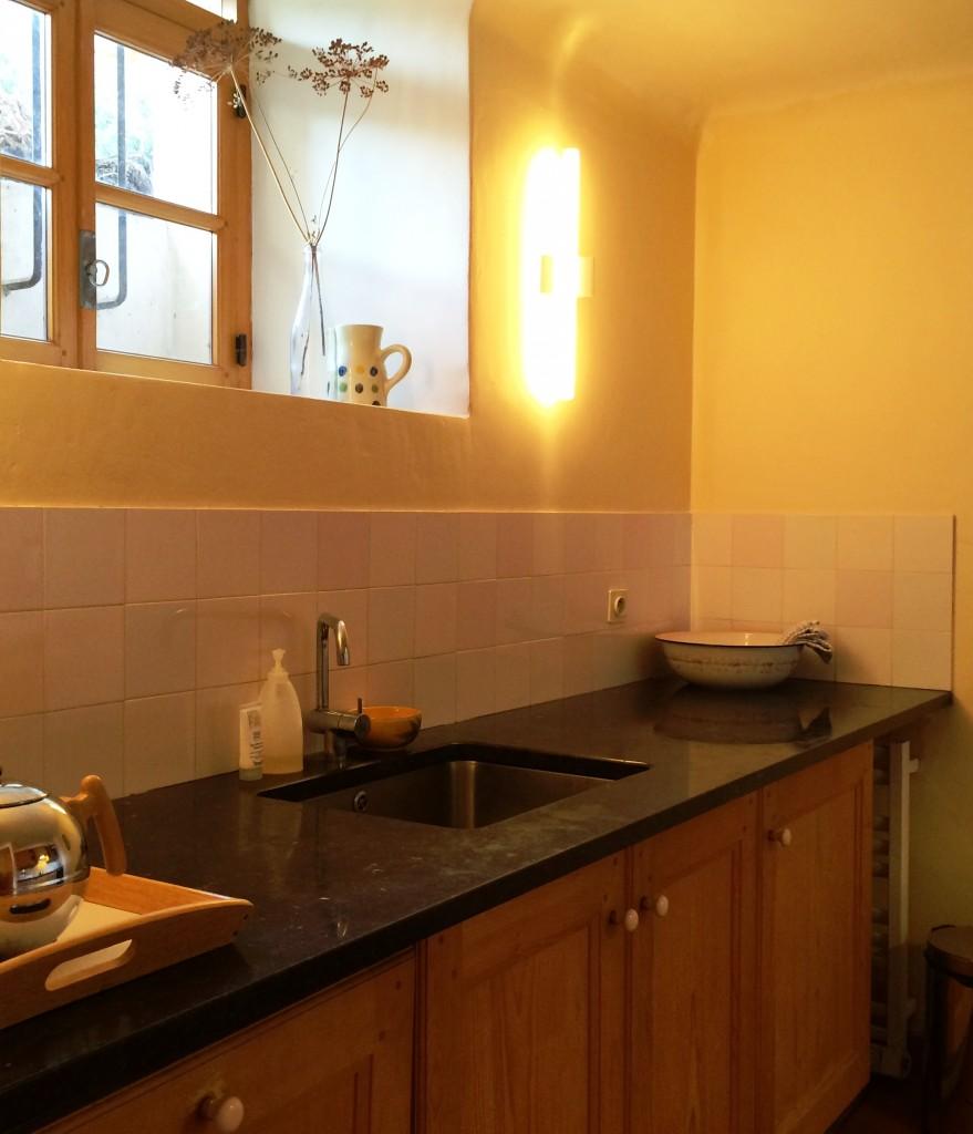 Keuken met spoelbak en afwasmachine